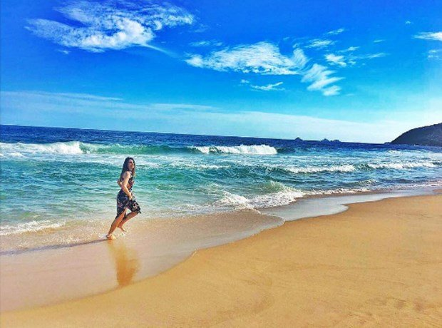 tuvana turkay running in beach