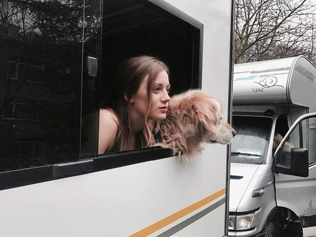 Gizem Karaca and her dog:Kiko in Storm Inside Me (Icimdeki Firtina) tv series studio