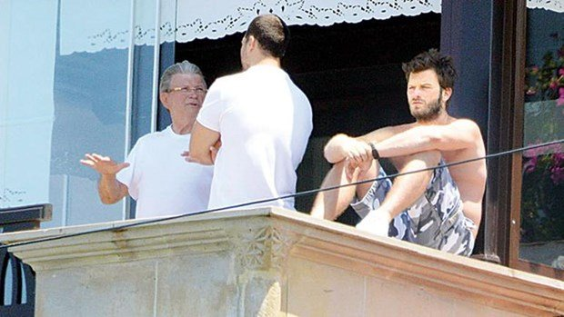 kivanc tatlitug and cagatay ulusoy are talking to balcony in bodrum