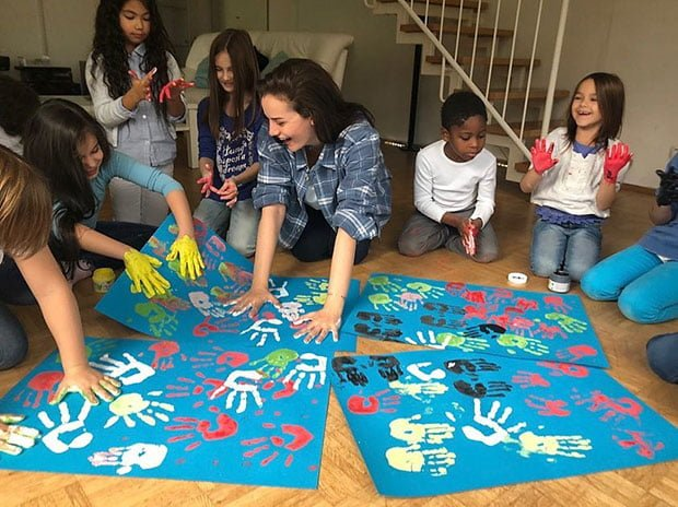 Fahriye Evcen painting with World children